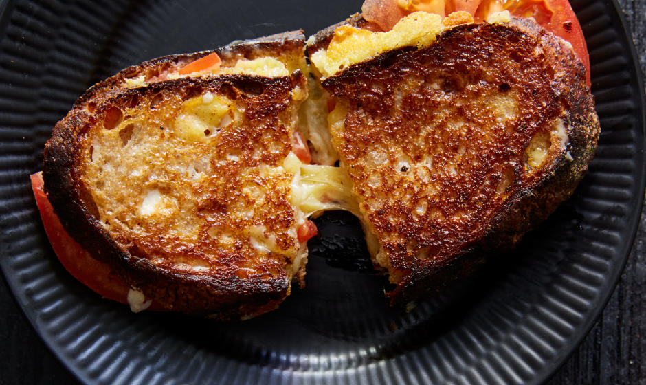 grilled-cheese-with-peak-tomatoes-940x560-1468423022