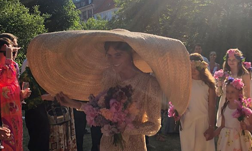 This Bride s Giant Straw Hat Is Going Viral   It s A Bridal Look Like  You ve Never Seen Before d2d0772bf7a